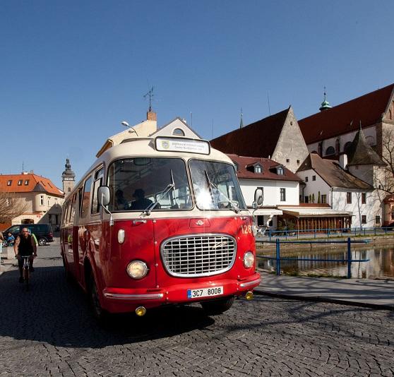 Jihočeské divadlo představí České Budějovice z historického autobusu