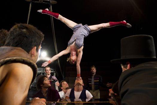Hlavní hvězdou LeDní Letné, Vánočního speciálu Letní Letné, se stane francouzský akrobatický soubor Akoreacro