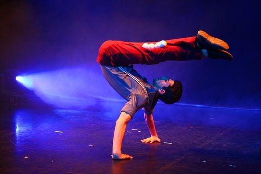 Zahraniční hvězdy nového cirkusu v nově otevřeném divadle Jatka78 – berlínský projekt Analog i mezinárodní uskupení Sisters