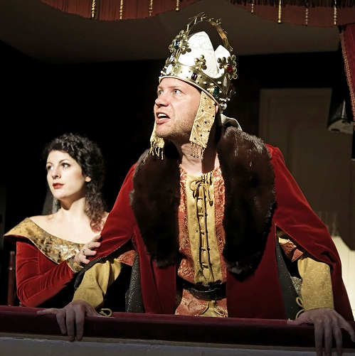 Karel IV. se smyslem pro humor v Karlovarském městském divadle