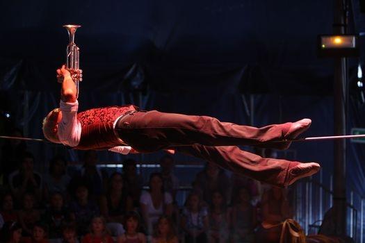 David Dimitri, který při slavnostním otevření Plzně přešel po laně náměstí, zahájí v pátek svým sólovým přestavením L´Homme Cirque sezónu nového cirkusu