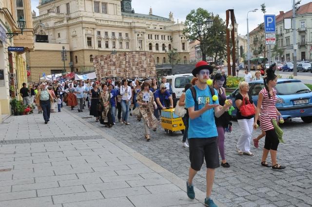 Stovky umělců v průvodu Vendelín zahájily kulturní sezonu v Plzni