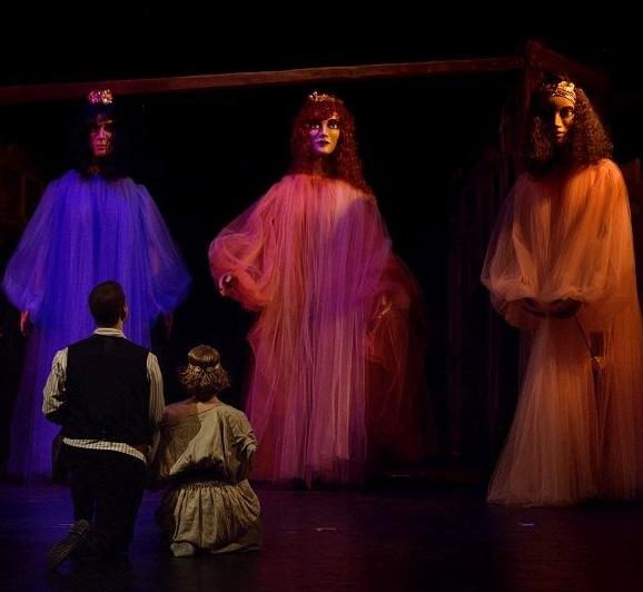 Shakespearova Bouře s obřími loutkami pro děti i dospělé