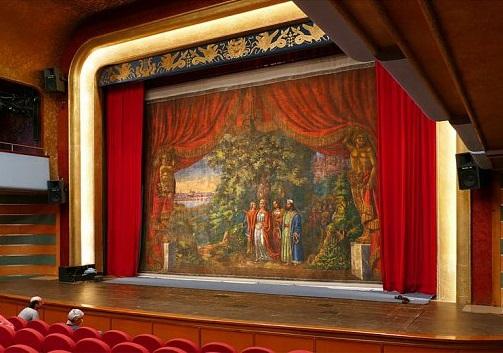 Chrudimské divadlo prvně spustilo restaurovanou oponu z roku 1854