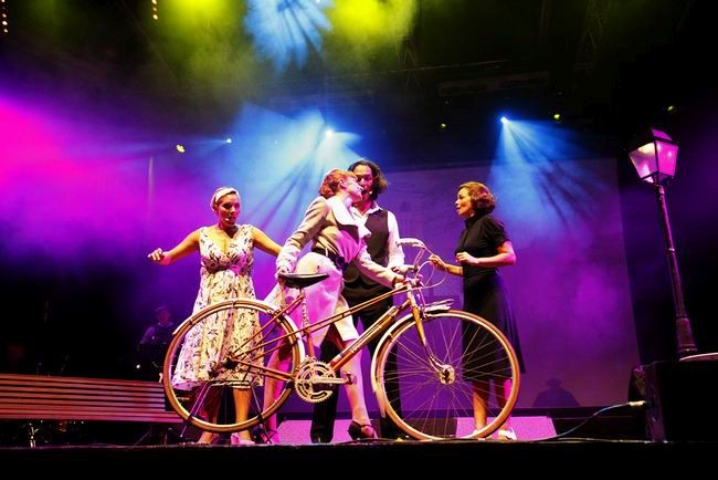 Výpravné představení Paris The Show přiváží do Prahy a Brna nejkrásnější francouzské šansony
