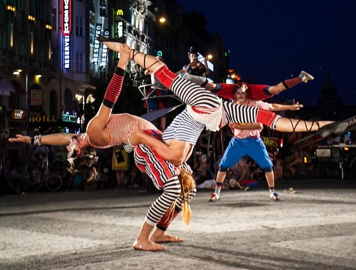 Festival Za dveřmi oživí Prahu pouličním divadlem už posedmé