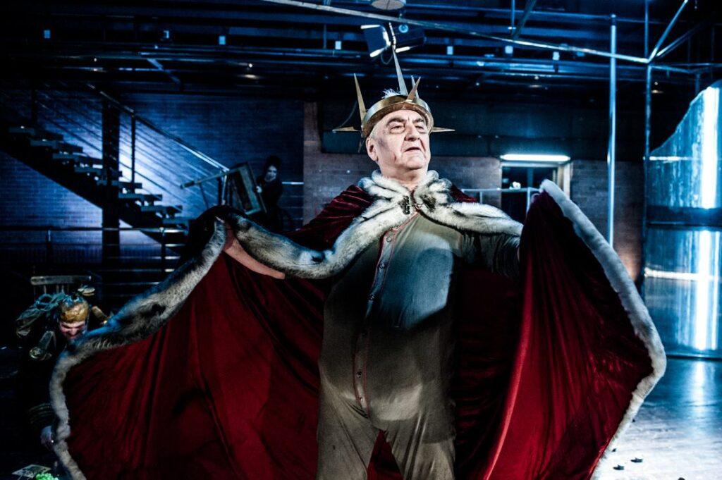 Miroslav Donutil jako Král Ubu v divadle Husa na provázku