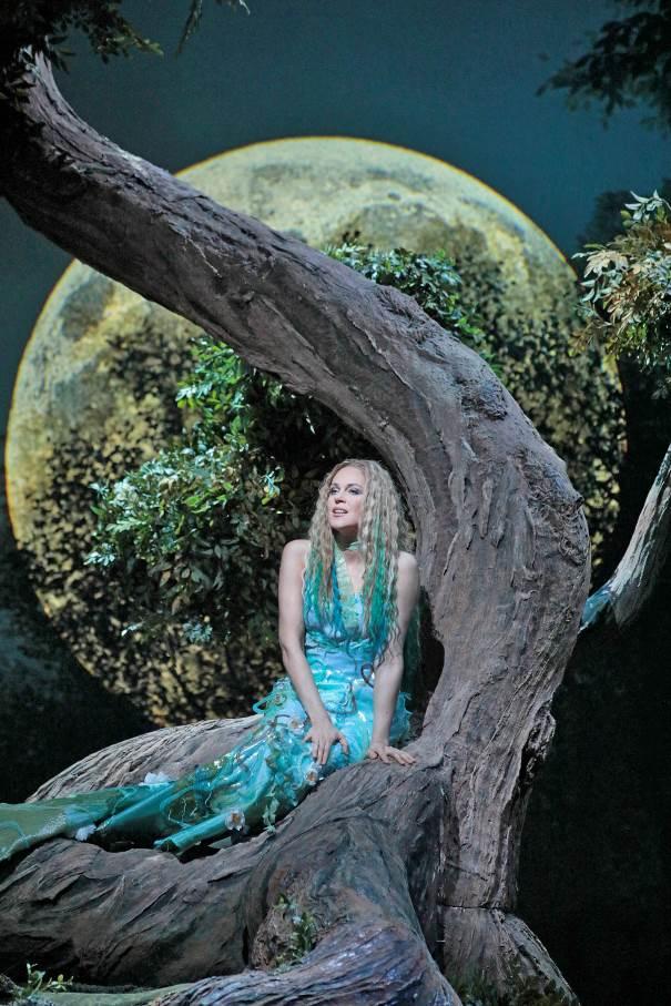 Diva Kristine Opolais zazpívá měsíčku v nové sexy Rusalce z Metropolitní opery