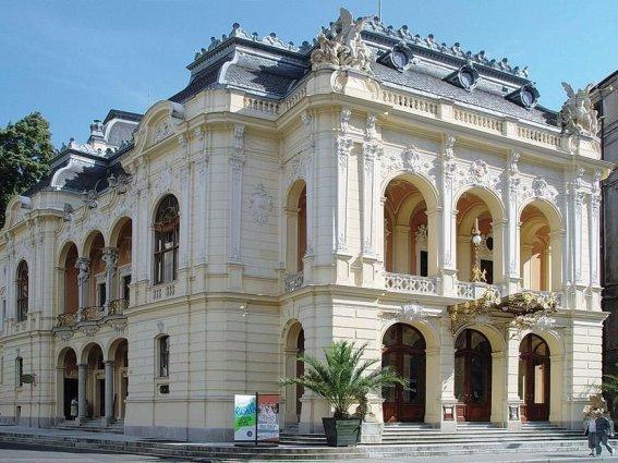 Karlovarské divadlo bude mít novou břidlicovou střechu