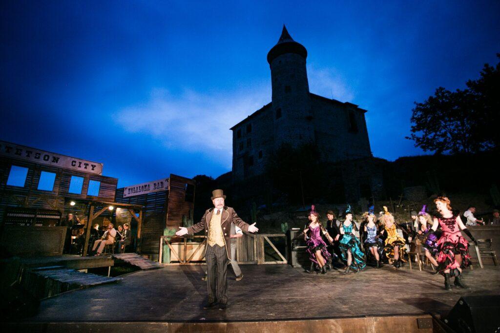 Derniérou Limonádového Joea zahájí Východočeské divadlo letní hraní na Kunětické hoře