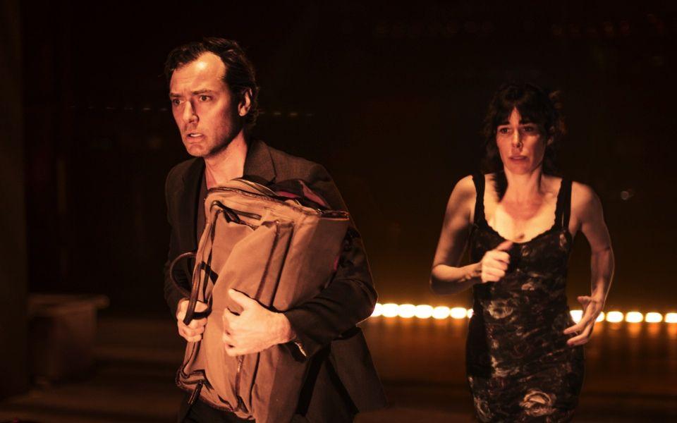 Posedlý Jude Law se představí v divadelní adaptaci Viscontiho dramatu o smrtonosné vášni
