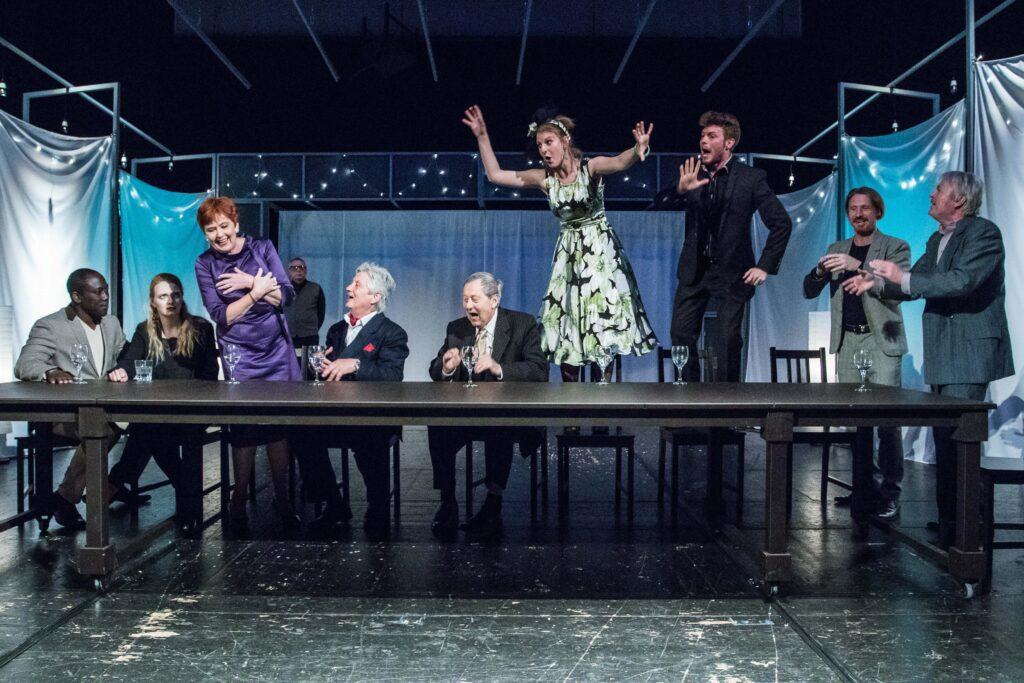Poslední premiérou sezóny Moravského divadla v Olomouci je brilantní severské drama Rodinná slavnost