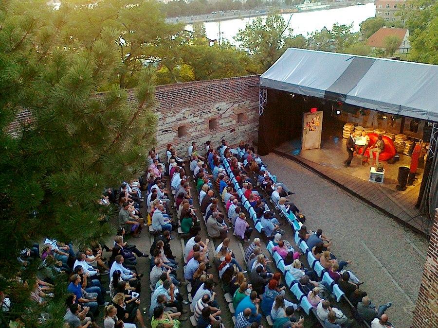 Letní divadelní sezona pod širým nebem láká desetisíce diváků