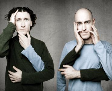 Mezinárodně úspěšné komediální duo The Umbilical Brothers vystoupí 12. září v Divadle Bolka Polívky