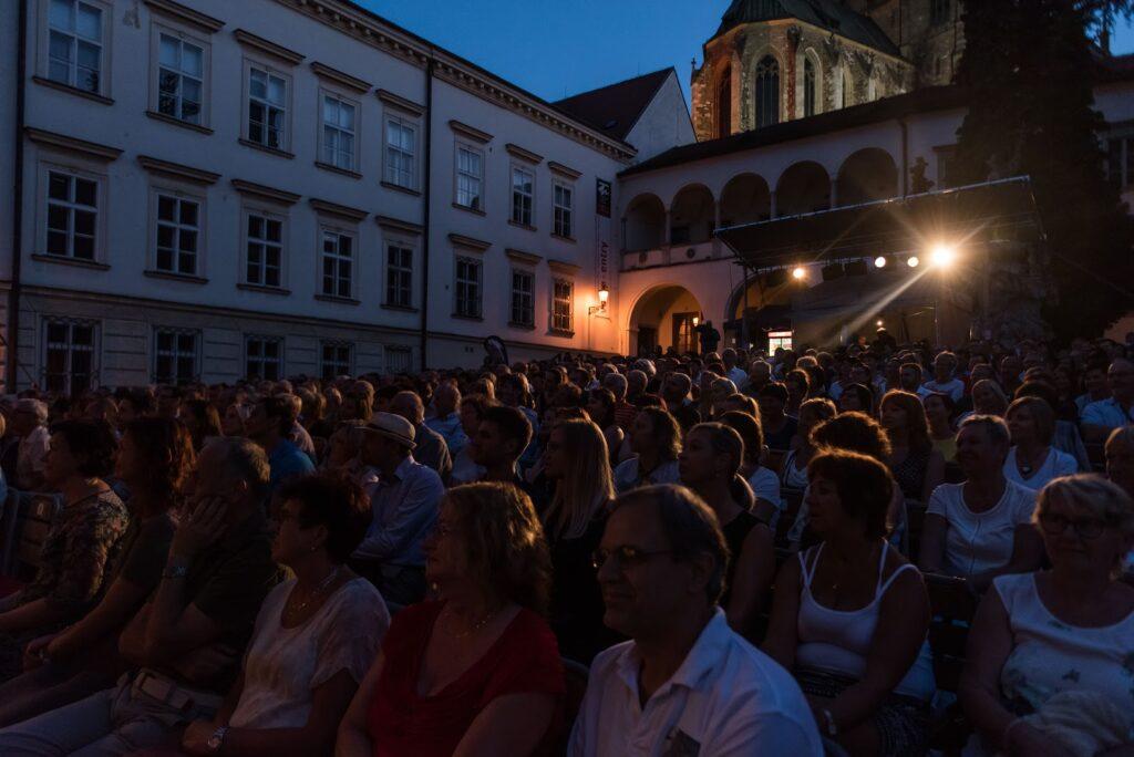 Program na Letní scéně Divadla Bolka Polívky vstupuje do druhé poloviny – hraje se až do 23. srpna