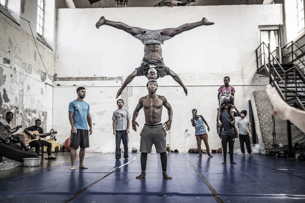 O spolupráci Cirku La Putyka a rwandského souboru Future Vision Acrobat vzniká celovečerní dokument