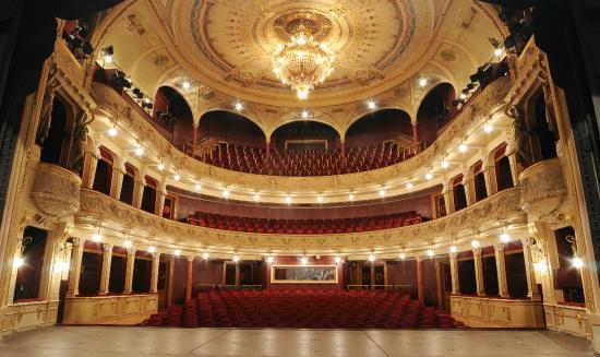 Budova Velkého divadla v Plzni zaujala francouzské filmaře