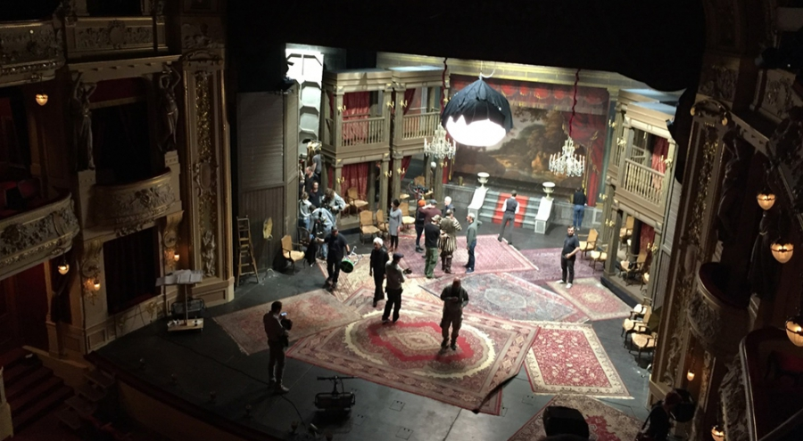 Natáčení francouzského štábu uzavřelo na měsíc divadlo v Plzni