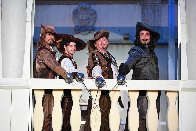 Tři mušketýři otevřeli letní scénu Městského divadla Brno