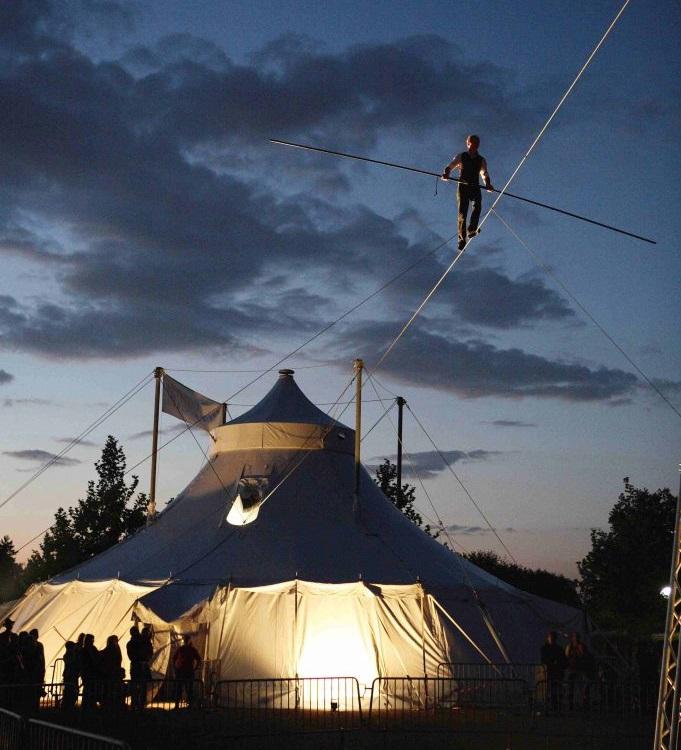 Švýcarský provazochodec zahájil festival nového cirkusu Arena