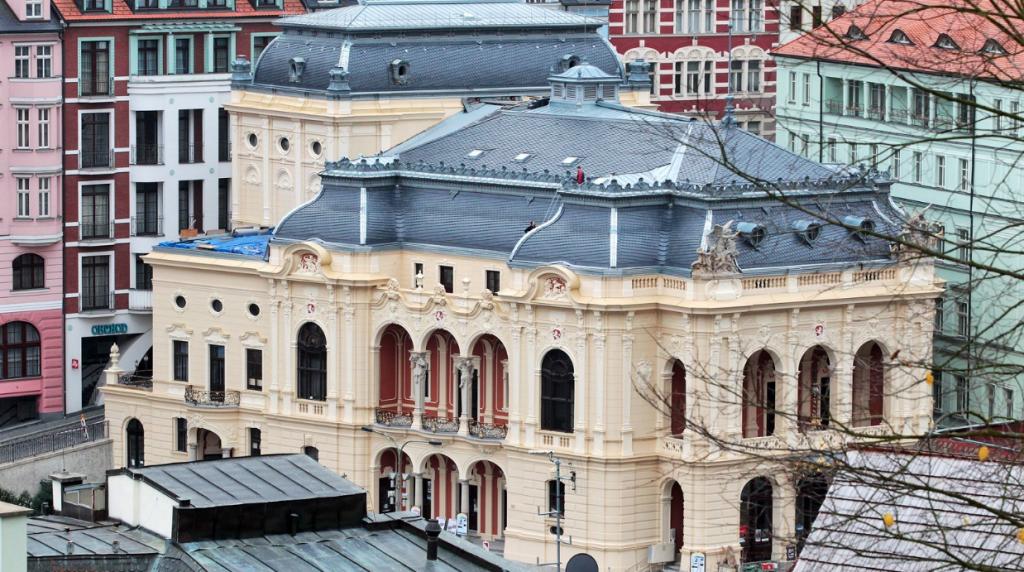 Karlovarské divadlo má po letech novou střechu a fasádu