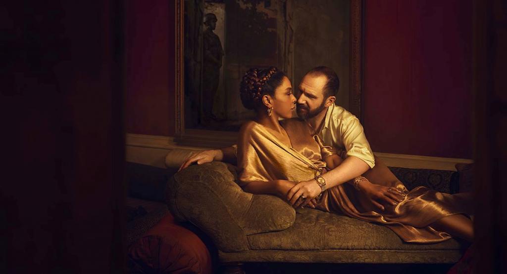 Ralph Fiennes a Sophie Okonedo jako Antonius a Kleopatra v rámci cyklu NT Live v českých kinech
