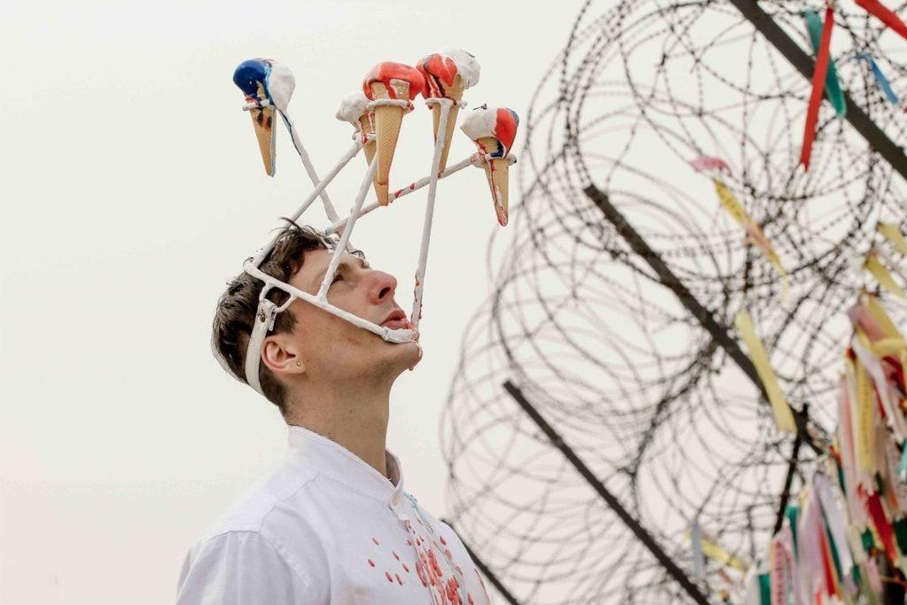 Pražské Quadriennale uvede performance narušující veřejný prostor