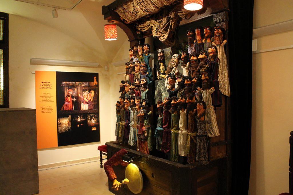 Výstava v Galerii U Rytíře pod libereckou radnicí připomíná dvě významná jubilea Naivního divadla Liberec
