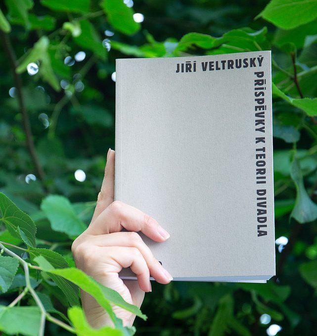 Od narození Jiřího Veltruského uplynulo 100 let. K výročí připravilo IDU druhé vydání jeho publikace Příspěvky k teorii divadla