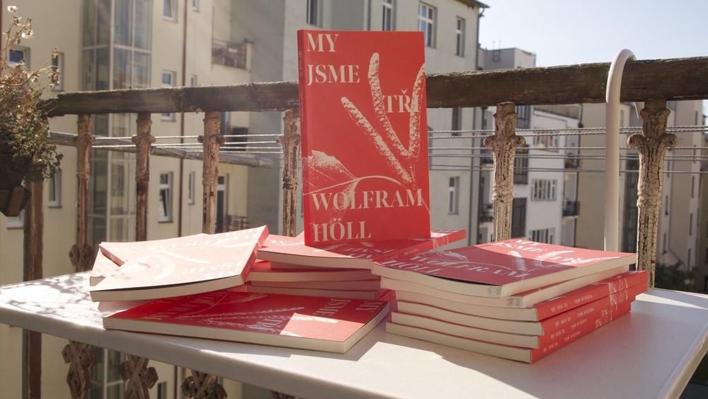 Vychází kniha My jsme tři německého dramatika Wolframa Hölla