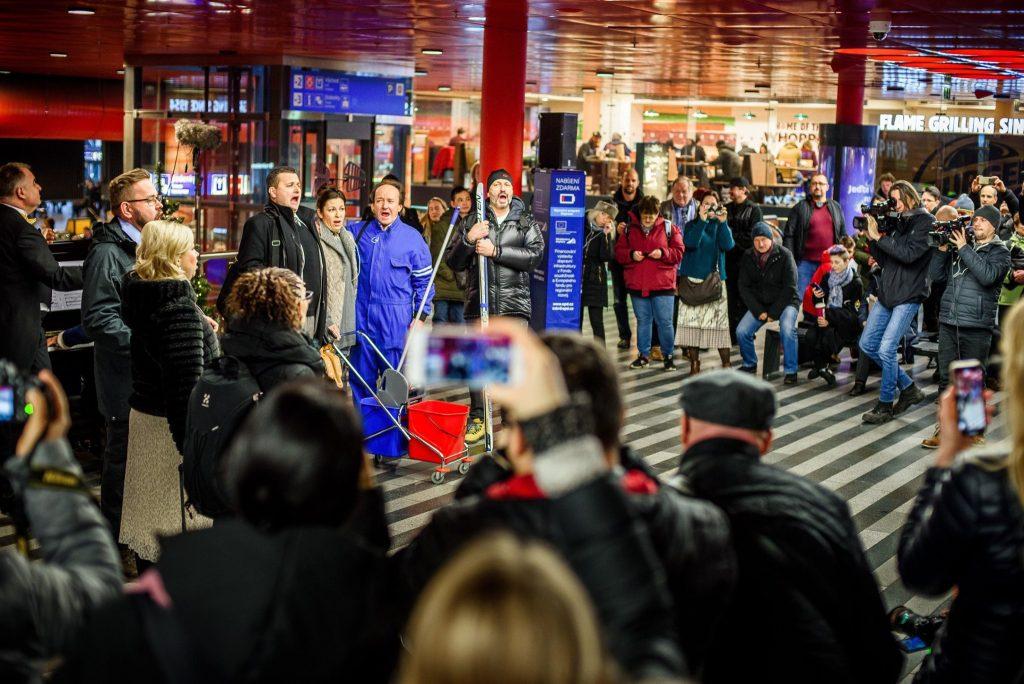 Slavnostní otevření Státní opery předznamenal unikátní flashmob na Hlavním nádraží