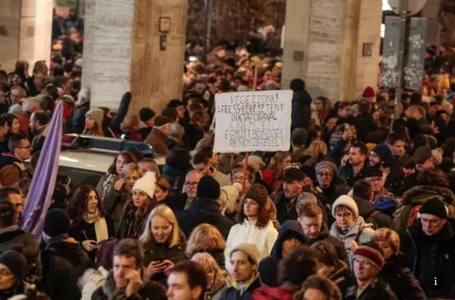 Maďarský parlament přijal zákon posilující kontrolu nad kulturou