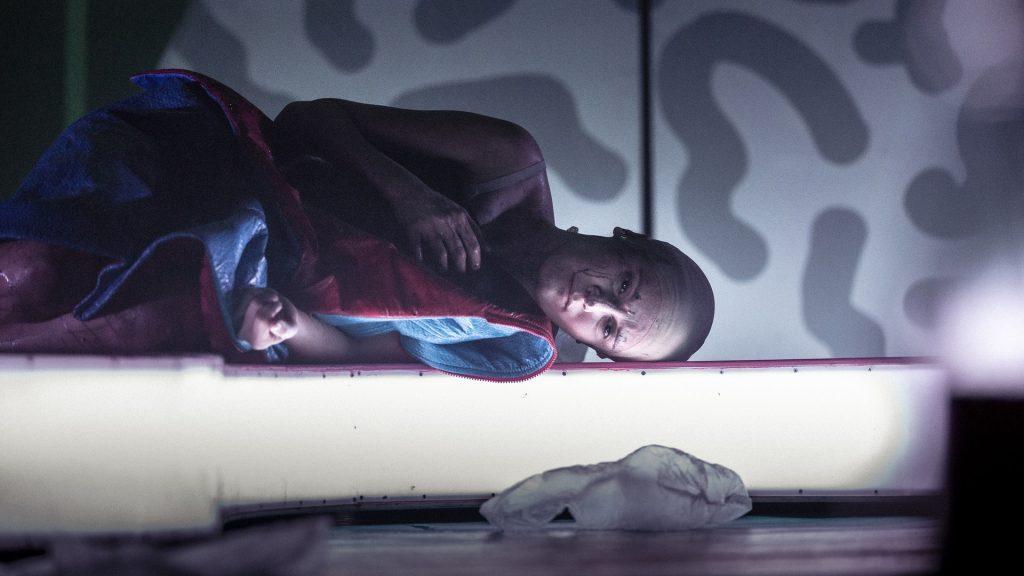 Činohra Národního divadla se v nové inscenaci zabývá tématem smrti
