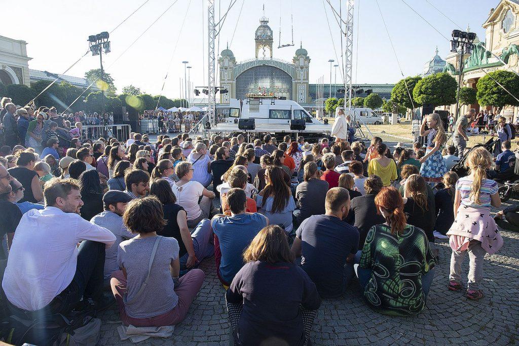 Festival pouličního divadla Za dveřmi oživí metropoli