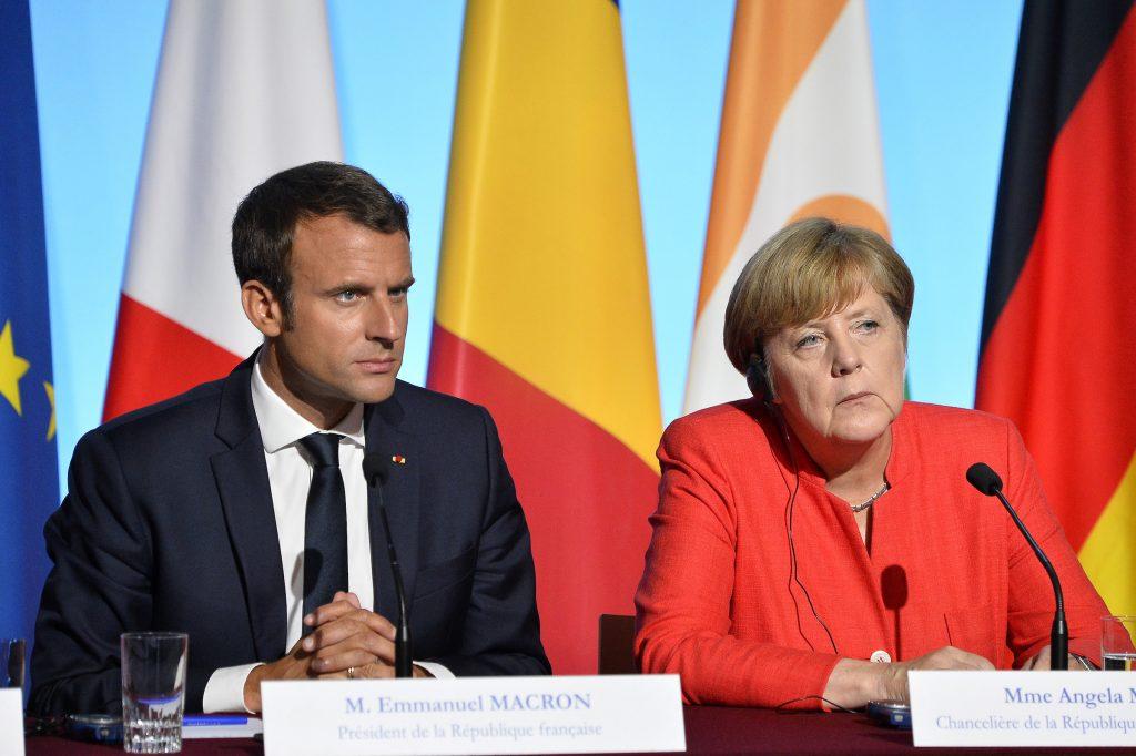Německo a Francie uzavřou divadla a zakážou živé koncerty