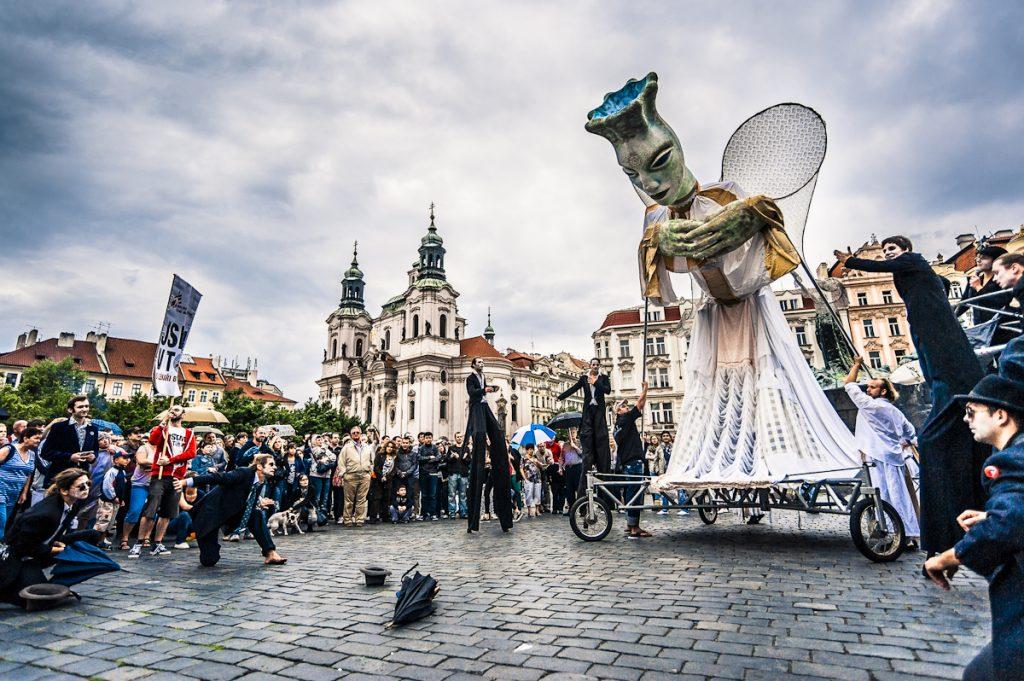 Pouliční festival Za dveřmi zahájí průvod centrem Prahy