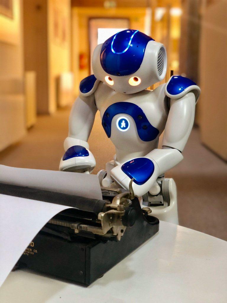 Když robot píše hru. Švandovo divadlo uvede on-line premiéru první hry napsané umělou inteligencí