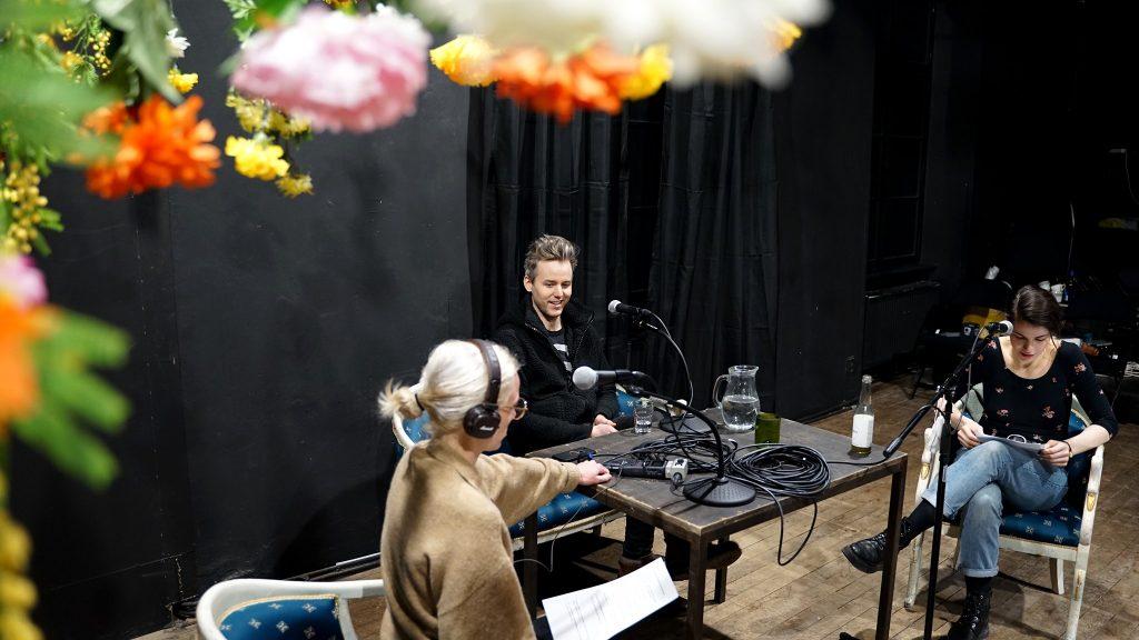 Březen v Divadle Na zábradlí: Nový díl podcastu Kulisa, Schůze, přípravy audiowalku Kleopatra a premiéry Ztracených iluzí