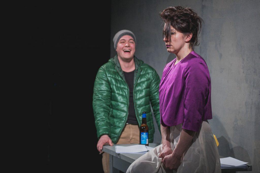Východočeské divadlo uvede online premiéru scénického čtení Fosseho hry Někdo přijde