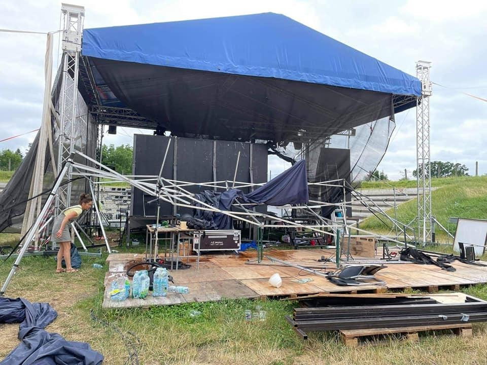 Noční bouřka zdevastovala zázemí festivalu Červen NAŽIVO. Silný vítr doslova smetl celou Relax zónu